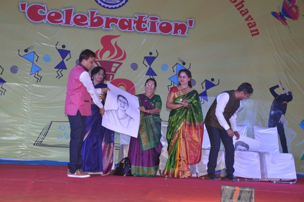 Live Sketch to Inaugurator of SRM Village as Momento